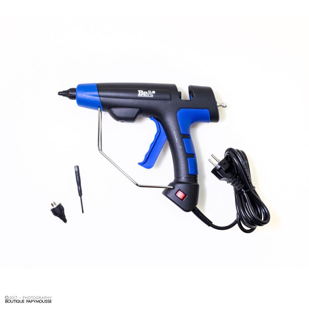 Pistolet à colle BeA 285 avec accesoire sur fond blanc