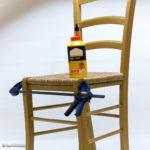colle sur chaise avec serre-joint chaise draper bleu et noir sur fond blanc